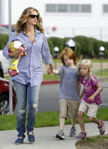 Exclusive...Julia Roberts Makes The Most Of Her Afternoon With Hazel And Henry