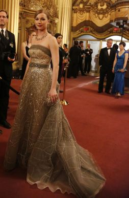 Este é mesmo digno de um vestido de Oscars. Mas não foi o caso, neste episódio Emily utilizou-o para ir à ópera. A escolha de Carolina Herrera não podia ter sido melhor.