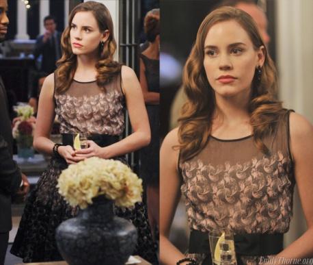 Este vestido Valentino assenta que nem uma luva à atriz Christa. Apresenta um estilo jovem devido à sua aia de tule.
