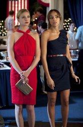 Já sabemos que Emily fica naturalmente bem com um vestido vermelho. Mas aqui a surpresa é o vestido de Ashley que justinho e com uma cor neutra chama à atenção pela sua simplicidade e elegância.