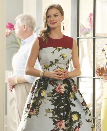 Emily Throne sempre nos surpreendeu com os seus visuais Wow. No início da quarta temporada optou por um vestido de saia balão com um padrão floral.