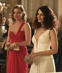 Quase parecem irmãs. As atrizes Emily VanCamp e Madeline Stowe estão elegantíssimas numa festa de apresentação da terceira temporada.
