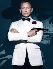 """Novamente Daniel Craig com um fato branco, excluindo por completo o normal fato escuro. Foi no recente """"Spectre"""" (2015)"""