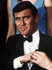 "George Lazenby foi James Bond em 1969 no filme ""One Her Majesty's Secret Service"". Audaz no uso da gola com folhos."