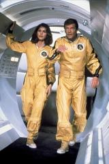 """Em 1979 temos Roger Moore como 007 em """"Moonraker"""", com um fato espacial dourado."""