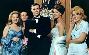 """Em """"Thunderball"""" (1965) Sean Connery também exibe o ser charme com um fato totalmente escuro."""