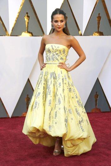 """O MELHOR: A estrela sueca Alicia Vikander optou por um vestido Louis Vuitton. Com cara de boneca e um estilo género """"Bela e o Monstro"""" foi dos looks mais aplaudidos."""