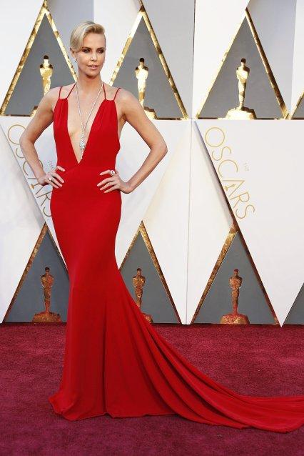 O MELHOR: Charlize Theron, nunca desaponta. Com um elegantíssimo vestido vermelho.