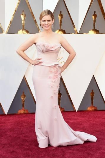 O PIOR: Jennifer Jason Leigh podia ter escolhido um vestidinho melhor. A cor rosa claro morre-lhe completamente na pele. Falta-lhe um moreno.