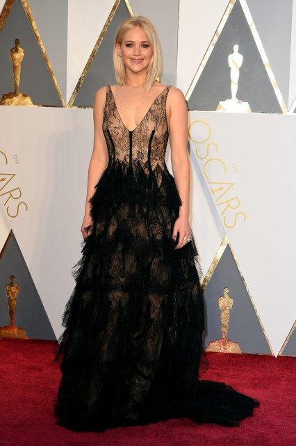 O PIOR: Jennifer Lawrence, não gosto do estilo de penas e da parte de cima do vestido. Com boas escolhas da jovem Jennifer tem falhado recentemente, mas o cabelo está ótimo.