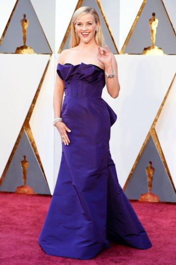 O PIOR: Resse Witherspoon o peito do vestido não lhe assenta bem e faltava um colar para o pescoço não estar tão despido.