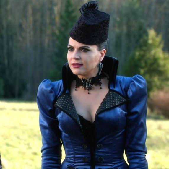 Num estilo francês e chapéu a combinar, o colar preto faz toda a diferença neste vestido azul.