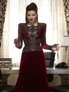 Nesta imagem promocional a Evil Queen mostra toda a sua elegância. E nem o olhar ameaçador fazem detestar as suas roupas.
