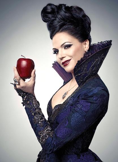 A maça vermelha é a sua imagem de marca, e que faz um belo contraste neste vestido estilo medieval.