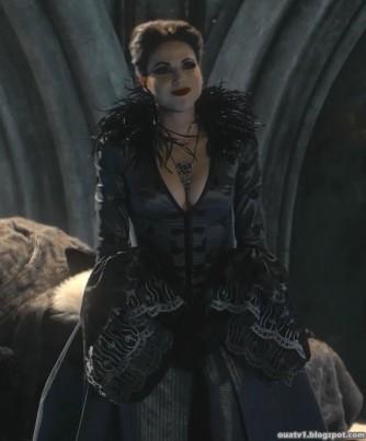As plumas são outras das aplicações utilizadas nos vestidos da Evil Queen.