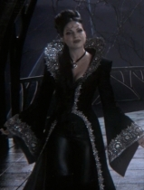 Sem dúvida nenhuma que não há Rainha mais fashion, neste apromado vestido as mangas e a gola é que dão o show.