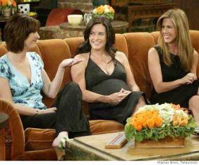 Courtney Cox engravidou na última temporada de FRIENDS e a sua barriga teve de estar escondida, já que a sua personagem não podia ter filhos.