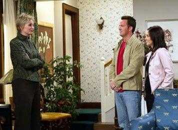 Jane Lynch apareceu por breves momentos na última temporada, enquanto ajudava Chandler e Monica a escolher uma casa nos subúrbios.