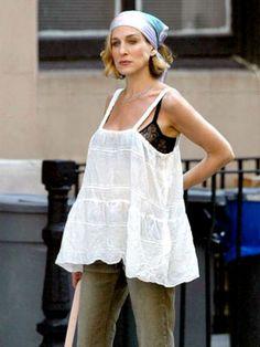 """Muitos não sabem, mas Sarah Jessica Parker engravidou na série """"Sex and the City"""" em 2002 o que dificultou os argumentistas, pois a sua personagem não queria ter filhos."""