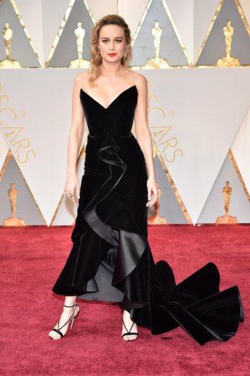Brie Larson é uma versão amor-ódio para mim. Gosto do efeito do tecido e da cor, mas não do tecido (veludo) e dos triângulos que compõem o peito. Além disso está uma confusão ali no centro. Mas passa.
