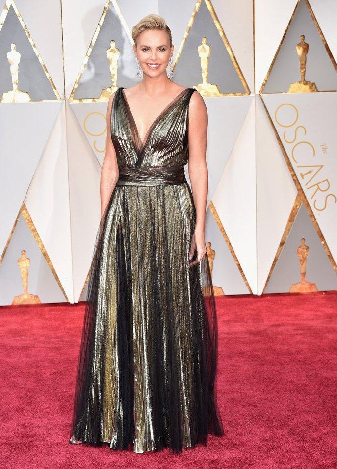 A Charlize Theron desiludiu bastante. Num vestido sem graça e com demasiado brilho, não há mais nada a acrescentar. Estou triste.