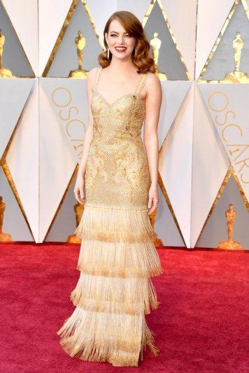 Esta foi sem dúvida a noite de Emma Stone. Ganhou o Óscar de Melhor Atriz e ainda brilhou na passadeira vermelha com este vestido dourado de estilo vintage. Mesmo a maquilhagem e cabelo estavam perfeitos