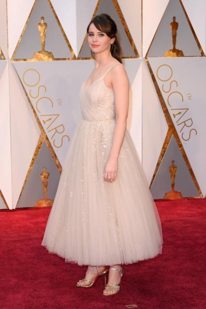 Felicity Jones apostou também num clássico vestido de princesa claro. Na minha opinião ficava bem mais engraçadito se fosse comprido. O penteado também gostei.