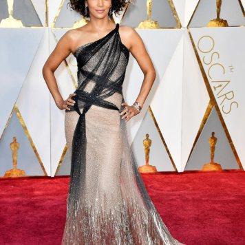 A Halle Berry apanhou um grande susto, olhem só aquele cabelo. E eu também apanhei quando vi o vestido. Demasiado brilho. It´s burning my eyes.