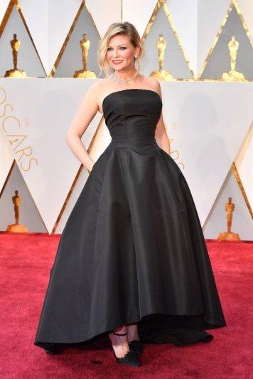Kirsten Dunst apresenta um vestido preto simples. Ás vezes o simples é o melhor. As jóias marcam a diferença juntamente com o cabelo e a maquilhagem. Acho que passou. Mas claro conseguia-se fazer algo mais divertido com o vestido.