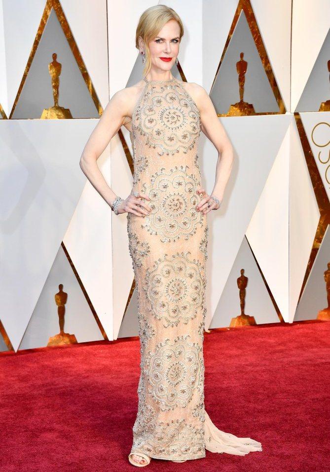 A senhora Nicole Kidman escolheu um vestido que não consigo perceber onde começa e termina, tamanha a aproximação entre a cor deste e a sua pele. Mas gostei do cabelo e da maquilhagem com aquele batôn vivaço para dar cor.