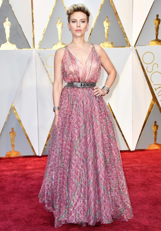 Outro desastre na passadeira vermelha. Scarlett Johansson cansou de ser gira e agora anda como quer. Este vestido não é ideal para os Óscars, mas é excelente para ir a uma festa de verão ali na ribeira.