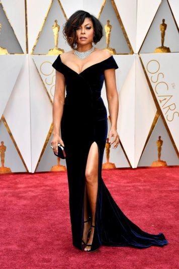 Taraji P. Henson deu uma de Angelina Jolie. Racha na lateral para mostrar a perninha e criou um look de arrasar. Taraj é sem dúvida das surpresas da noite.