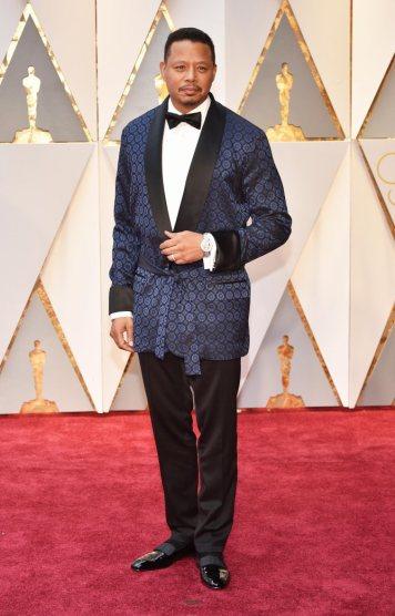 Terrence Howard roubou o robe ao seu velho amigo Hugh Hefner e já está. Mais nada a comentar.