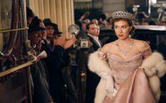 Jantares burocráticos podem ser uma complicação. Mas quanto ao guarda roupa da princesa nada a declarar. Vanessa Kirby ficou lindissíma neste vestido rosa pastel com luvas, enchárpe de pelo e jóias a combinar.