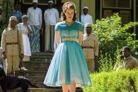 """Este jovial vestido em tons de azul, condiz bastante com a personalidade jovem da """"ainda"""" princesa na sua viagem a África."""