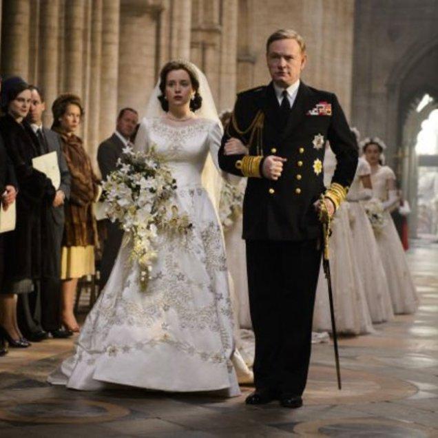 O vestido de casamento da futura rainha Elizabeth II (Claire Foy) foi produzido ao pormenor para a série. Olhem só o detalhe.