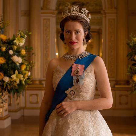 Neste vestido de bordados beje a Rainha Elizabeth apresenta todo o seu glamour e bom gosto.
