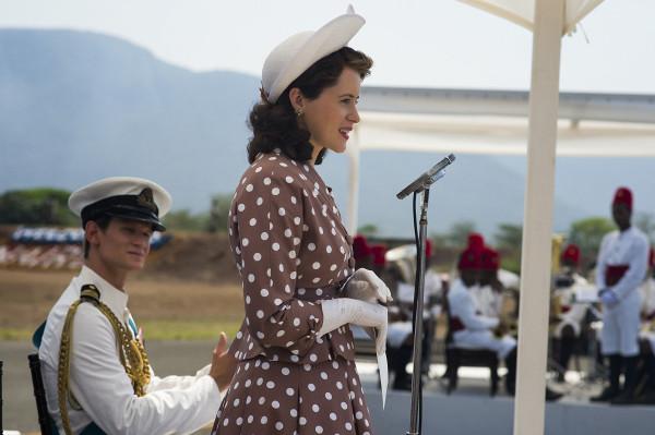 Durante os primeiros encontros diplomáticos, Elizabeth (Clarie Foy) ainda jovem de 24 anos fazia excelentes combinações com chapéu e vestidos com estampados