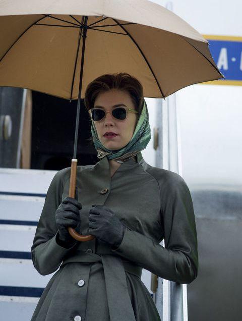 Mesmo para rápidas saídas ao exterior a princesa Margaret (Vanessa Kirby) era discreta mas muito elegante.