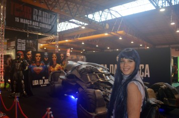 Cosplay de Hinata The Last Naruto Movie com o Batmobile