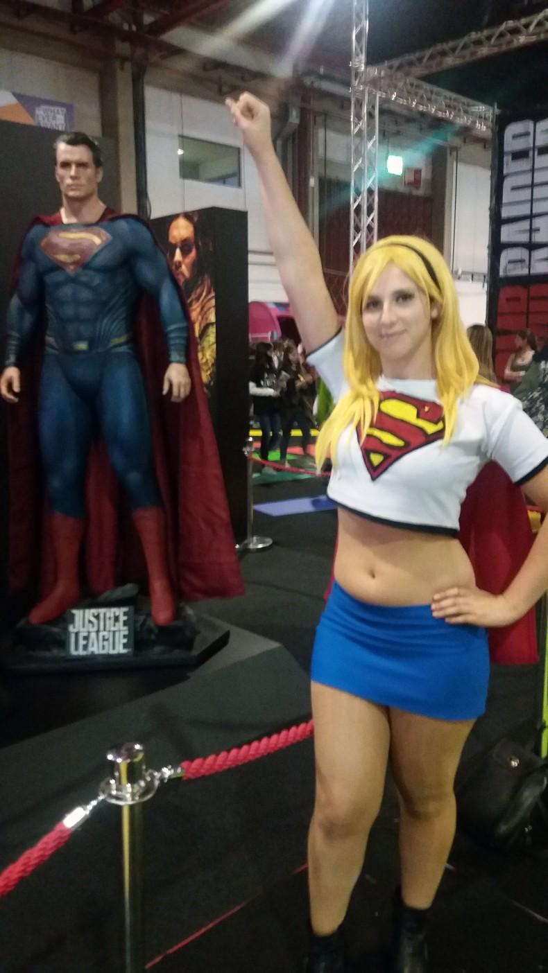 Cosplay de Supergirl ao lado do meu primo Superman