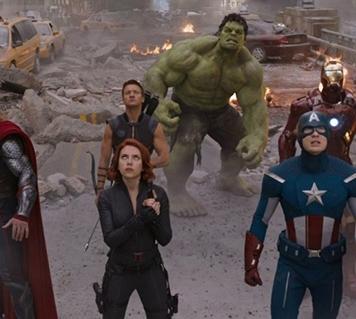 """O """"Vingadores"""" em 2012 foi considerado dos filmes mais vistos e rentáveis do cinema. O primeiro que junta o grupo completo. O filme começa com Loki a fazer um acordo com uma misteriosa figura, que mais tarde percebemos que é Thanos para assim conseguir um exército. Loki pretende por a mão na Tesseract, para entregar a Thanos. Os Vingadores garantem a vitória, e a Pedra do Espaço é entregue ao planeta de Thor, Asgard, para segurança."""