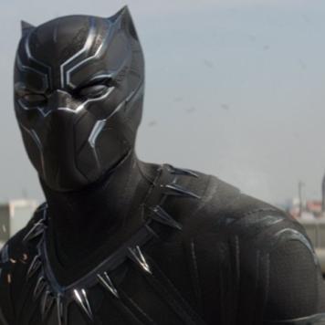 """No último filme lançado da Marvel, """"Black Panther"""" conhecemos a história de T'Challa depois do encontro com os Vingadores. A última pedra do infinito que falta mencionar é a da Alma. Acredita-se que se encontra em Wakanda, já que é possível comunicar com os antepassados no mundo espiritual. T'Challa assim o fez com o pai. Contudo ainda não foi revelada nos filmes. Outro assunto que tem sido de enorme discussão é que a batalha final ocorrerá provavelmente em Wakanda, segundo as imagens do trailer, por isso é mais uma prova sobre essa teoria."""