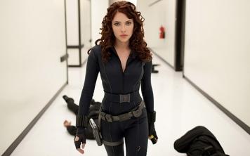 """Em 2010 voltam a apostar num novo filme de """"Homem de Ferro"""". Explorando o passado do herói que recentemente revelou a sua identidade, conhecemos Natasha Romanoff (Scarlett Johansson) ou Viúva Negra. Uma espiã russa, seguindo as ordens de Nick Fury é uma forte aliada nos Vingadores e a única presença feminina durante algum tempo."""