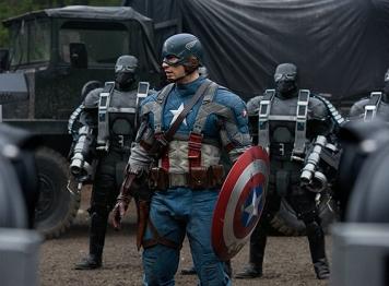 """""""Capitão América – O Primeiro Vingador"""" chegou em 2011, mas devia ter sido o primeiro filme da Marvel. Em 1940 Steve Rogers (Chris Evans) é rejeitado várias vezes para se alistar ao exército, a sua motivação é forte e por esse motivo é escolhido para ser a cobaia da tomada um sérum especial para se tornar num super-soldado. A Tesseract que contém a Pedra do Espaço, a segunda a aparecer num filme da Marvel serve como a arma especial utilizada pela HYDRA, uma força terrorista nazi. Com a intervenção do Capitão América, o plano da terrível organização falha e a Tesseract cai no Oceano Pacífico, com ele. No final do filme e 70 anos após o incidente, o Capitão acorda. Nick Fury é o primeiro que lhe diz a verdade """"Estamos a criar uma super equipa e precisámos de assistência""""."""