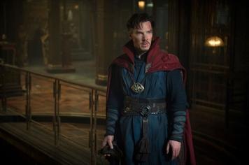 """Em 2016 """"Dr. Strange"""" (Benedict Cumberbatch) conseguiu um filme próprio. Outra Pedra do Infinito é encontrada na Terra. O Olho de Agamotto, um amuleto que Dr. Strange usa ao peito, conserva as mesmas habilidades que a Pedra do Tempo. Inclusive o herói utilizou esse mesmo poder para conseguir derrotar o inimigo. No final do filme Dr. Strange volta a colocar a relíquia no seu local de repouso. No terceiro filme de Thor, estas duas personagens encontram-se e pode ser o elo de ligação para Dr. Strange se juntar na luta contra Thanos."""