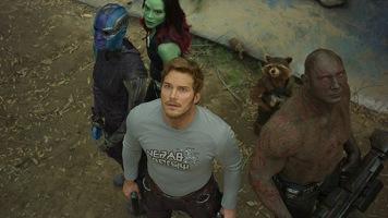 """Em 2017 surge o segundo filme de """"Guardiões da Galáxia"""". O passado de Star-Lord é revelado. Descobrimos que é um semi-deus. Conseguiram novos aliados como Nebula que finalmente fez as pazes com a meia-irmã Gamora e Mantis, uma extraterrestre com poderes cinéticos. A equipa intergalática no final do filme parte na sua nave para uma nova aventura. Com o lançamento do trailer """"Guerra do Infinito"""" percebemos que os Guardiões vão-se encontrar com Thor, no espaço."""