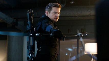 """Hawkeye (Jeremy Renner) faz parte da equipa dos Vingadores. A sua técnica é eficaz e nunca falha um alvo. Devido à sua ausência no trailer do filme """"Guerra do Infinito"""" muitos fãs questionam-se sobre o que terá acontecido a esta personagem. No filme anterior """"Vingadores: A Era de Ultron"""" numa cena em especial que Hawkeye ajuda os seus colegas de batalha a repousar, percebemos que tem uma família, e tal pode por em causa a sua presença assídua no grupo."""