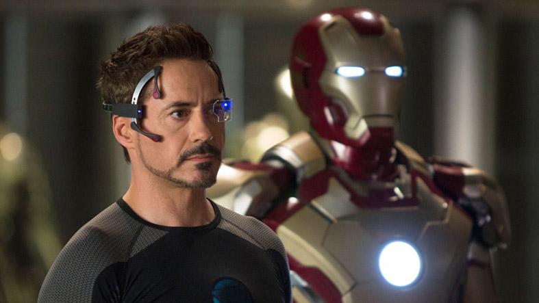 """Em 2013 foi lançado o filme """"Homem de Ferro 3 """". Um filme calmo que se foca apenas em Tony Stark e sem pistas para o futuro. O protagonista é ameaçado por Mandarin que não resiste e retribui com uma luta de forças."""