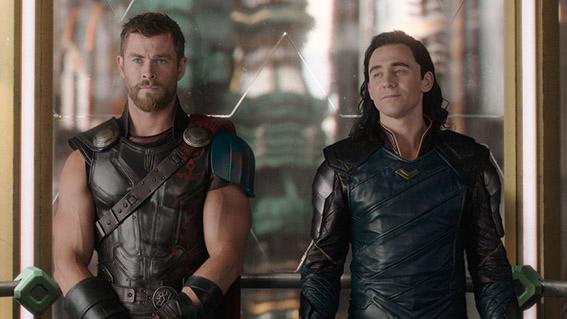 """O Thor conseguiu o seu terceiro filme com """"Ragnarok"""". A sua presença e a de Hulk foram sentidas em """"Capitão América: Guerra Civil"""" isto porque estavam ambos ocupados com os seus próprios problemas. Explicado neste filme. Thor é capturado pelo planeta Sakaar e terá que sobreviver para salvar o seu planeta, Asgard da ira da sua irmã Hela. Na batalha final enquanto Thor luta contra a poderosa vilã e o seu planeta é destruído, entretanto Loki recupera o Tesseract da sala onde estava preservado. Quando termina o filme Loki tem a Pedra do Espaço. Já sabemos de que lado se encontra esta personagem. Será que vai lutar contra os Vingadores?"""